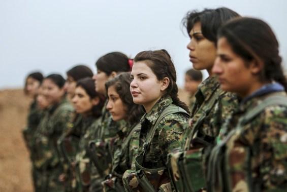 """Жени-войници от """"Частите за народна защита"""" на пост във военния лагер """"Рас ал-Айн"""", по времето, в което бяха подкрепяни от САЩ. Снимка: """"Ройтерс"""""""