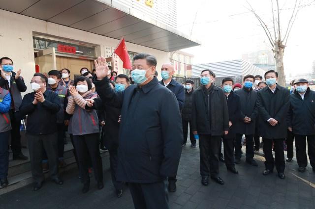 Prezydent Chin Xi Jinping sprawdza prace prewencyjne i kontrolne nad nowym koronawirusem w Pekinie 10 lutego. Pang