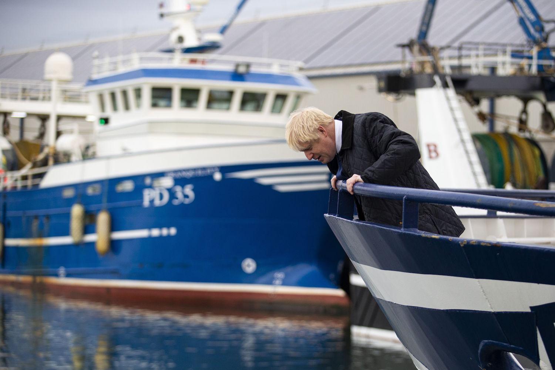 El primer ministro británico, Boris Johnson, mirando por encima de la proa de un arrastrero en Escocia el 6 de septiembre de 2019, convirtió el control de la pesca en el Brexit en gran parte de su exitosa campaña electoral.