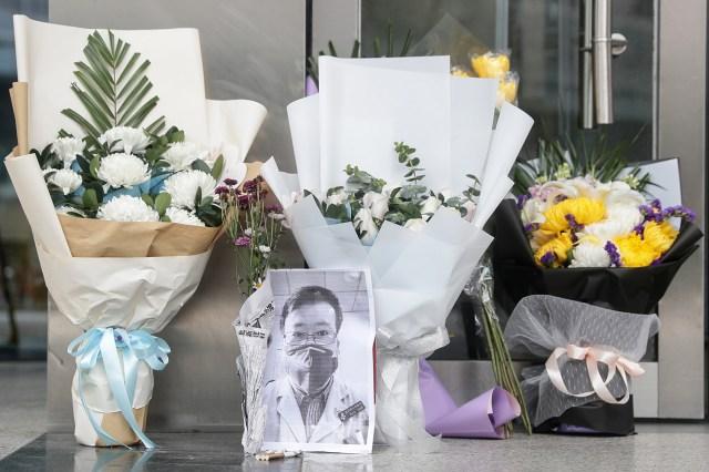 Zdjęcie zmarłego okulisty Li Wenlianga spoczywa wśród bukietów w oddziale Houhu Centralnego Szpitala Wuhan 7 lutego.