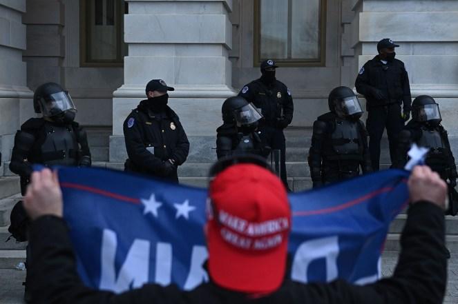 Trump-Anhänger konfrontieren Polizei und Sicherheitskräfte am 6. Januar im US-Kapitol in Washington.