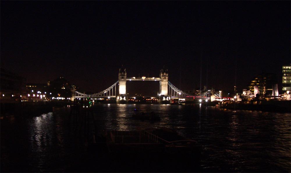 Tower Bridge nähtynä London Bridgeltä.