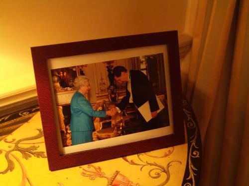 Suurlähettiläs kätteli meitä, kuningatar kätteli Ruotsin suurlähettilästä.