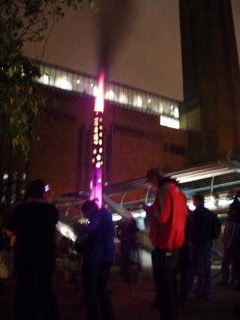 Tulipylväs Thames-joen festivaalien tuli-installaation osana.