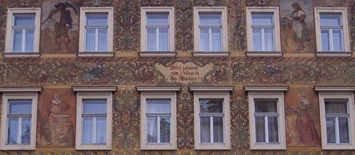 Koristeellinen talon seinä. Amerikka valitettavasti valloittaa myös Prahan vanhan kaupungin: rakennuksen alin kerros oli paikallinen Hard Rock Café.