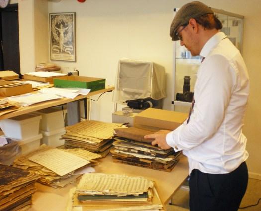Karl Bjernestad inventerar arkiv. Foto: Jonas Andersson