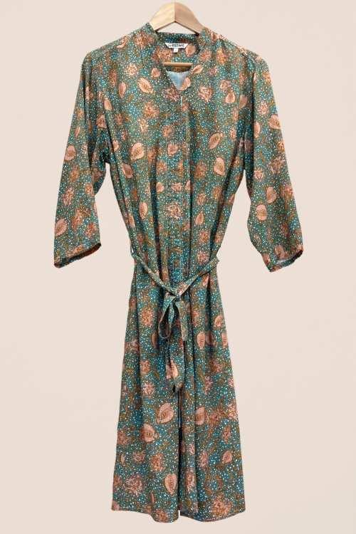 Robe Rosalie imprimé vert, ceinture amovible pour marquer la taille, fermeture par aimants, facile et rapide à enfiler