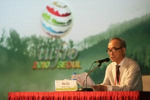 Poet Ko Un delivering his speech, 'Forest Is Short; Desert Is Long'