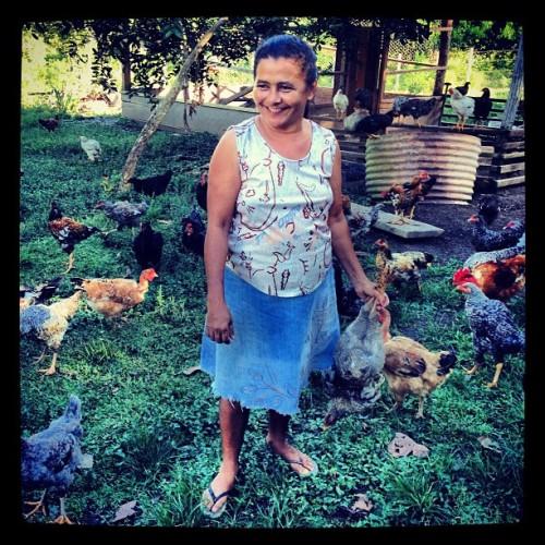 Creusa Braga Nascimento les da la bienvenida a los investigadores de CIFOR con pollo para la cena.