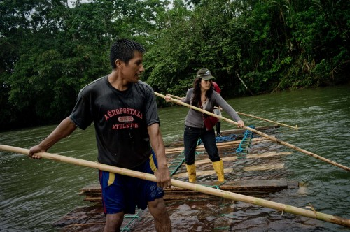 CIFOR scientist Elena Mejia, right, accompanying Kichwa villagers who are transporting wood downstream on the Arajuno River, Ecuador. Tomas Munita/ CIFOR