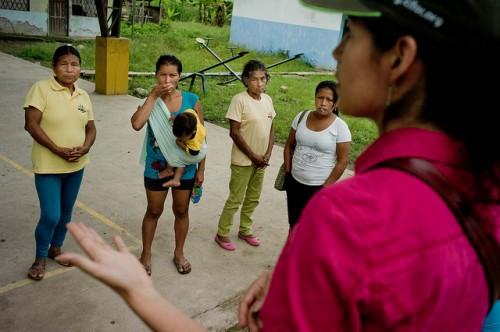 A cientista do CIFOR Elena Mejía fala com as mulheres quíchuas antes de sua reunião com os habitantes no seu retorno para informar seus resultados. Província de Napo, Equador. Tomas Munita/CIFOR