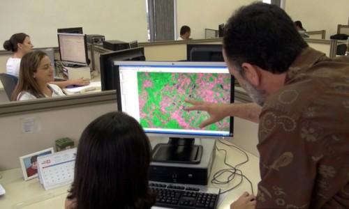 Sejak tahun 2003 pemerintah Brasil telah memberi masyarakat informasi yang transparan dan strategis akan kontrol deforestasi. Apakah contoh ini bisa ditetapkan untuk negara-negara pemilik hutan lainnya?