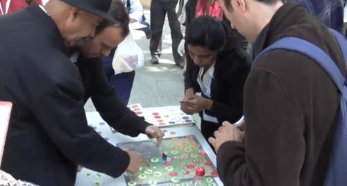Para pemain mencoba permainan papan yang dirancang untuk membantu mereka memahami dinamika tata guna lahan. Foto @CIFOR