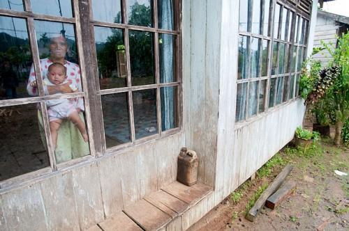 Una madre sostiene a su bebé en una aldea de Kalimantan Oriental, Indonesia. Investigadores temen que los programas de cambio climático y desarrollo consoliden desequilibrios de poder. Foto: Moses Ceaser/CIFOR.