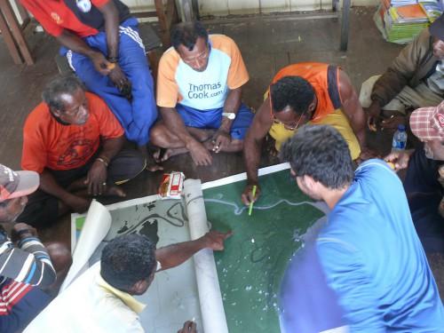 Mapeo participativo en Papúa, Indonesia, donde los científicos trabajaron con la población para identificar tipos de cobertura del suelo a partir de imágenes satelitales de sus tierras. Fotografía de Michael Padmanaba / CIFOR.