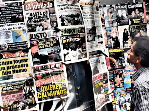 Un hombre revisa titulares en un quiosco de periódicos en Lima, Perú. La información de los medios sobre las iniciativas forestales de carbono es necesaria para el debate público y para fomentar un conocimiento más amplio sobre la deforestación y el cambio climático. Foto Flickr