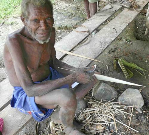 Une étude du CIFOR révèle que dans la réserve naturelle de Mamberamo-Foja, les communautés maintiennent leurs propres revendications, coutumes et règles de gouvernance. Ces coutumes, largement méconnues, jouent un rôle essentiel dans la façon dont les communautés perçoivent et répondent aux menaces sur leurs territoires. Un Papou de Mamberamo Raya. Photo : Michael Padmanaba/CIFOR.