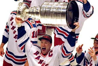 Messier lifts the Cup high for all the Faithful to see (NHL)