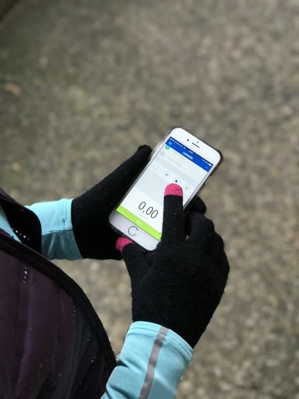 Handy und Handschuhe