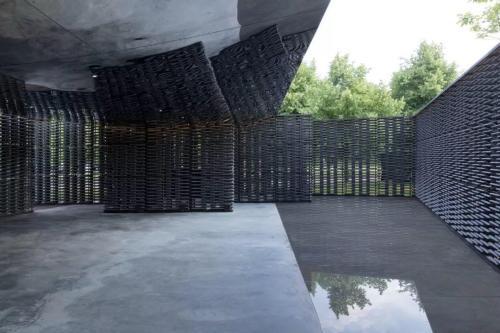 2018年倫敦蛇形畫廊展亭開幕,水泥瓦片堆砌『流動空間』