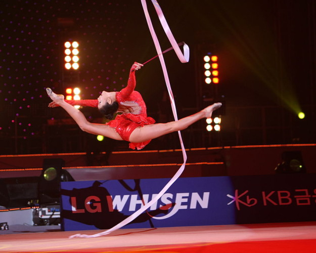 Son_Yeon-Jae_at_LG_WHISEN_Rhythmic_All_Stars_2011_99-625×500