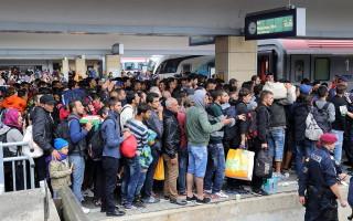 Wien_-_Westbahnhof_Migranten_am_5_Sep_2015-320×200
