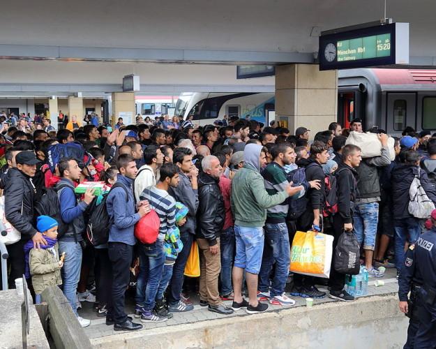Wien_-_Westbahnhof_Migranten_am_5_Sep_2015-625×500