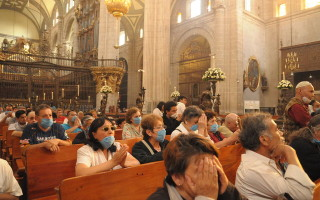 1024px-Mexican_Catholics_at_the_Metropolitan_Cathedral_Swine_Flu-320×200
