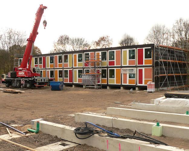 Containerbau_für_Flüchtlinge_in_Hannover_Linden-625×500