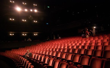 1024px-Richard_in_an_empty_theater-370×230