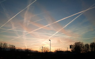 Contrails_near_Frankfurt_Germany_2012-320×200