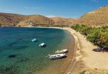 Το-νησί-δίπλα-στην-Αθήνα-που-έχει-μία-παραλία-για-καθεμία-μέρα-του-καλοκαιριού