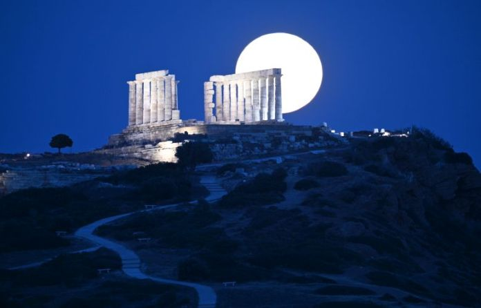 Έκσταση-με-το-«Φεγγάρι-της-Φράουλας»-στο-Ναό-του-Ποσειδώνα
