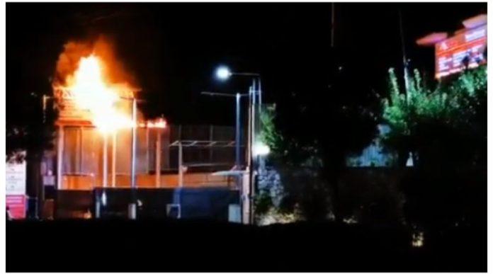 Πανικός-στη-λεωφόρο-Βάρης-–-Κορωπίου-–-Διαφημιστική-ταμπέλα-τυλίχθηκε-στις-φλόγες!-(φωτό-&-βίντεο)