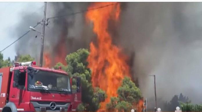 Φωτιά-στο-Σούνιο:-Καίγονται-σπίτια-–-Έκκληση-για-εναέρια-μέσα!-(βίντεο)