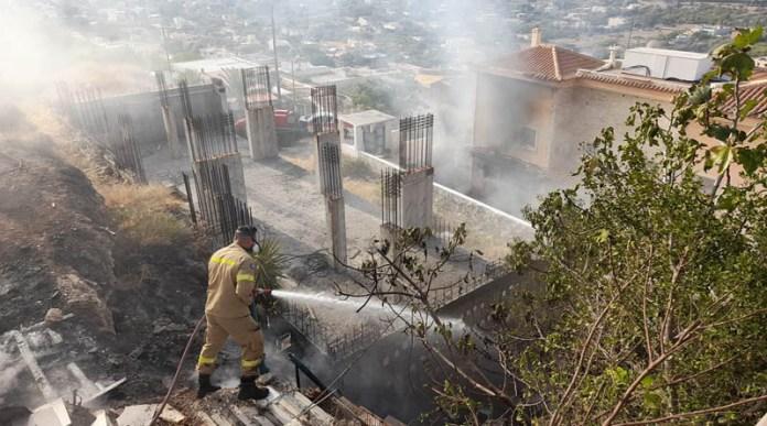 Έκρηξη-σε-διώροφο-σπίτι-στα-Καλύβια-–-Αναφορές-για-δύο-τραυματίες-(φωτό)