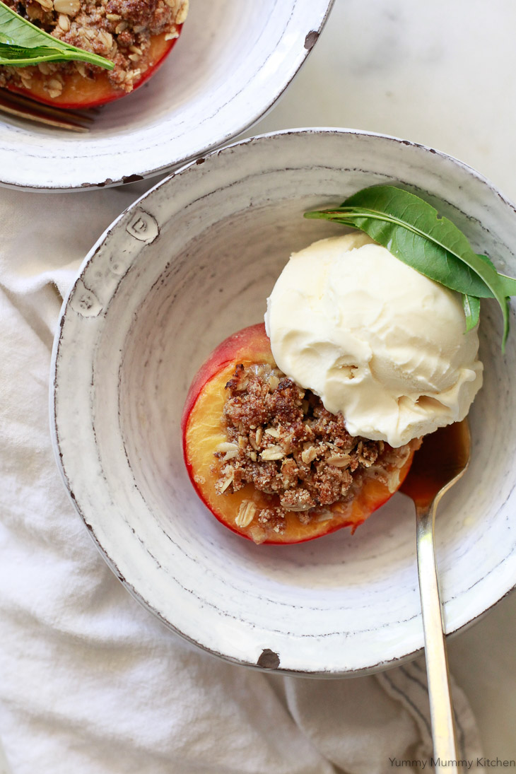 Baked peaches crisp with ice cream