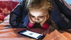 Cuando los padres dan un móvil a sus hijos y se desconectan del niño: los nuevos huérfanos digitales