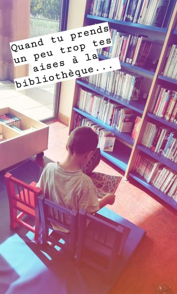 lire des livres à la bibliothèque