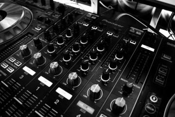 Table de mixage dj noir et blanc potards