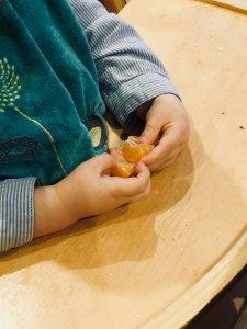 enfant épluche mandarine