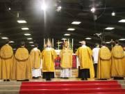 """Los cuatro obispones herejes de la FSSPX y sus seguidores acuden """"devotamente"""" a realizar sus liturgias en la horrorosa Basílica de la Barca Invertida"""