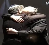 bergoglio-skorka-hug_med