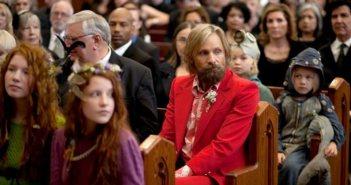 Ο Βίγκο Μόρτενσεν (με το κόκκινο κοστούμι) στον ρόλο του πατέρα στο «Captain Fantastic»