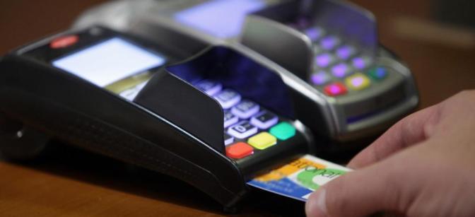 Πώς θα πάρετε την προπληρωμένη κάρτα για το Κοινωνικό Εισόδημα Αλληλεγγύης