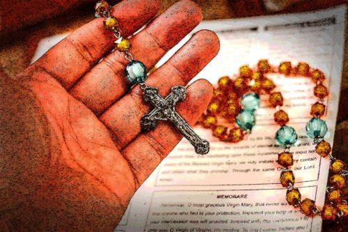 mano con un rosario