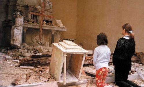 cristianos rezando en iglesia destruida