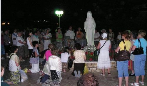 orando a reina de la paz de medjugorje