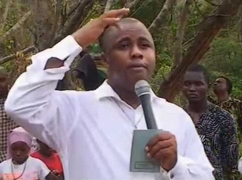 bernabe nwoye hablando con microfono