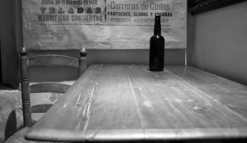 soledad mesa vacia con botella fondo